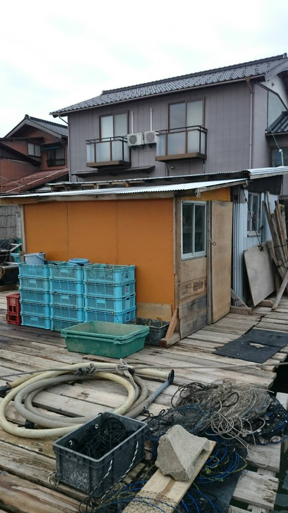 Kumihama Bay, building an oyster shack